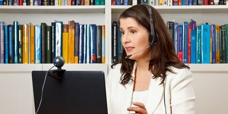 Presentadora de un Webinar desde su casa